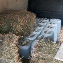 Предприимчивый водитель попытался скрыть от полиции спрятанный в сене контрафактный алкоголь (ВИДЕО)
