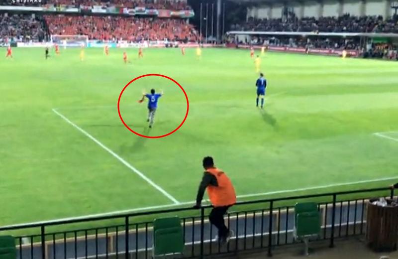 Молдавский болельщик выбежал во время футбольного матча на поле ради фото с Гаретом Бейлом (ВИДЕО)