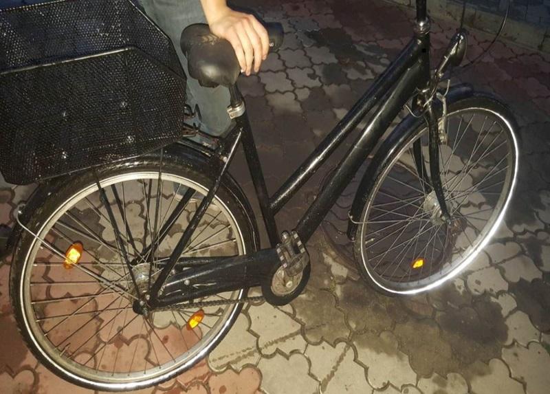 Житель столицы присвоил себе оставленный без присмотра велосипед (ВИДЕО)