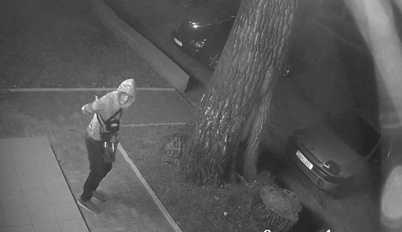 Вор, «обчистивший» не одну машину в столице, попал на видео