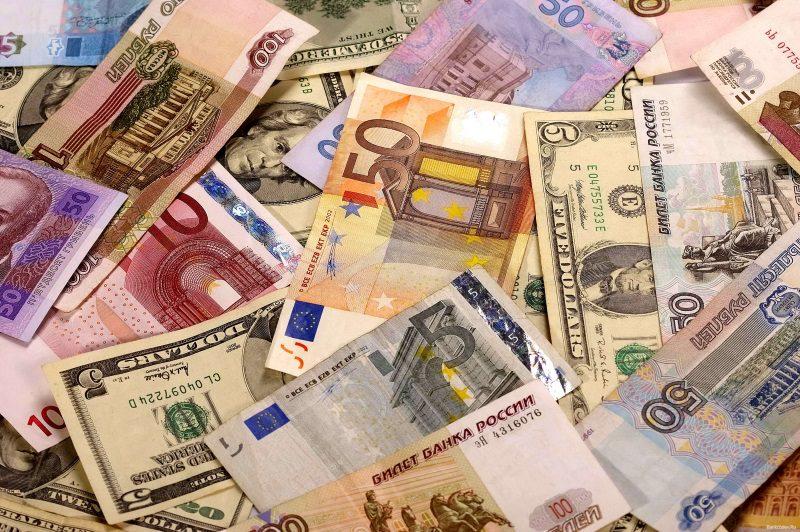 Курс валют на понедельник: доллар и евро продолжают расти