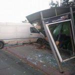На Буюканах микроавтобус снёс остановку (ФОТО)