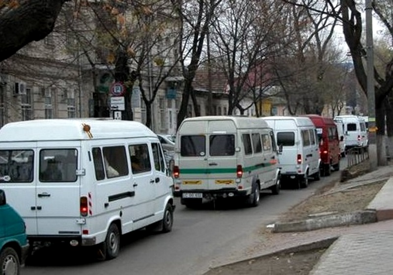 Транспортный коллапс: жители Яловен жалуются на переполненные маршрутки