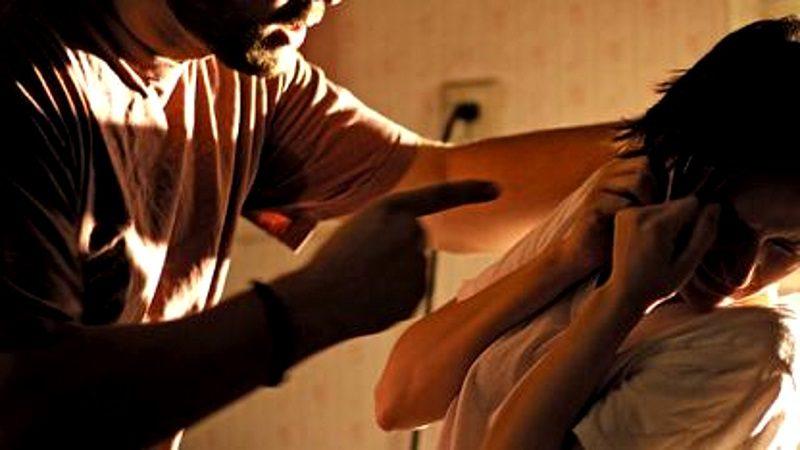 В столице ревнивый муж избил супругу за нежелание лечь с ним в постель (ВИДЕО)