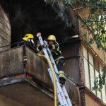 Спасение матери и ее ребенка из охваченного огнем дома в столице попало на видео
