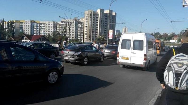 В столице утром произошло несколько аварий: весь город стоит в пробках (ВИДЕО, ФОТО)