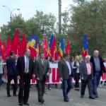 В Новых Аненах колонна протестующих начала шествие, скандируя: Требуем досрочные выборы!