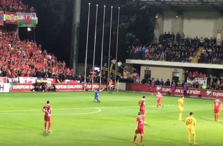 Погоня стюардов за болельщиком насмешила зрителей матча Молдова-Уэльс (ВИДЕО)