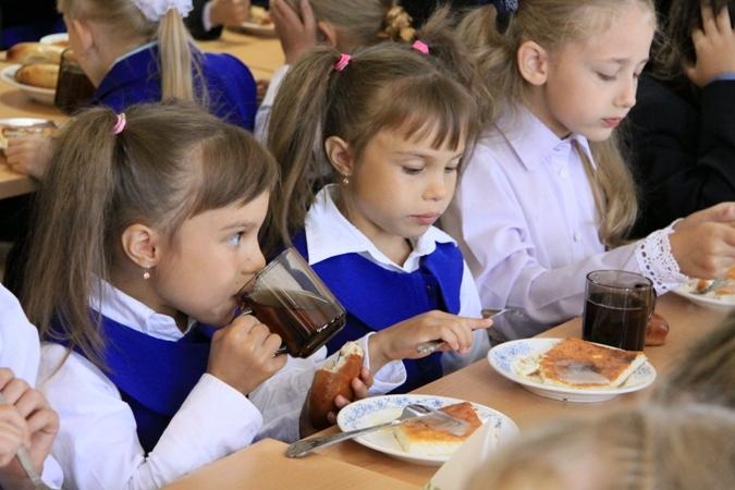 Кишиневских школьников усиленно кормят углеводами и лишают фруктов