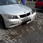 Вылетевший на тротуар BMW повредил ступеньки здания в центре Кишинева (ФОТО)