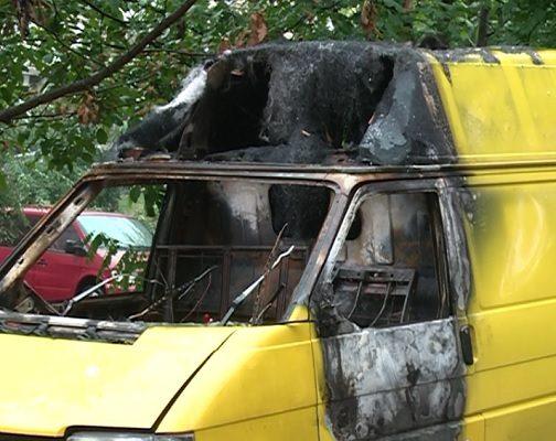 На Ботанике сгоревший автомобиль несколько недель пугает местных жителей (ФОТО)