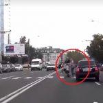 """Лихача, чуть не сбившего семью на """"зебре"""", разыскивает полиция"""