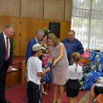 Родители благодарят фонд первой леди за помощь в подготовке их детей к школе