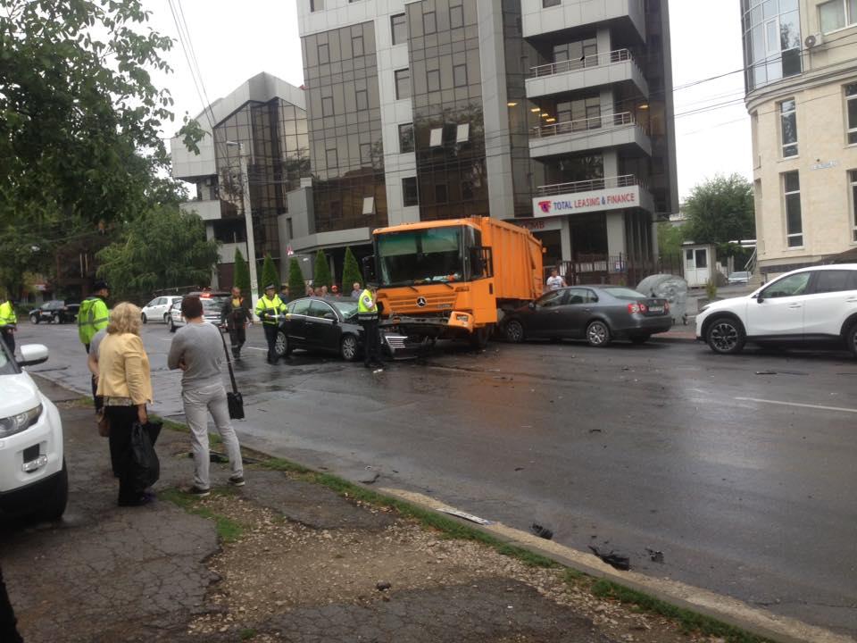В центре Кишинева мусоровоз столкнулся с двумя легковушками