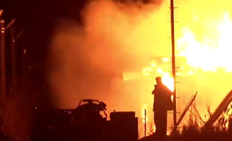 Семья с тремя детьми осталась без крыши над головой: трехэтажный дом сгорел дотла (ВИДЕО)