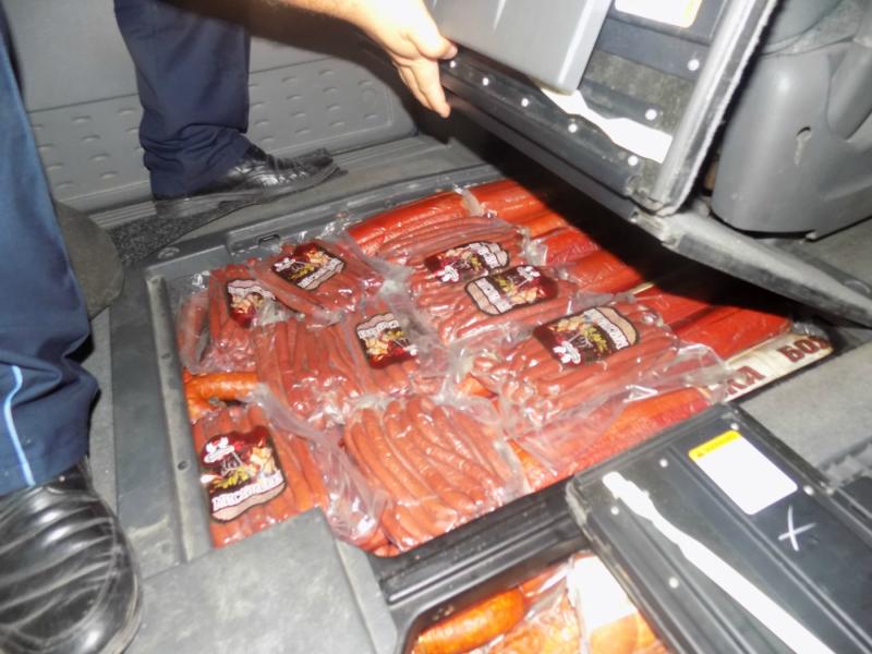 Молдаванин попытался ввезти в страну колбасные изделия, предположительно зараженные африканской чумой свиней (ФОТО)
