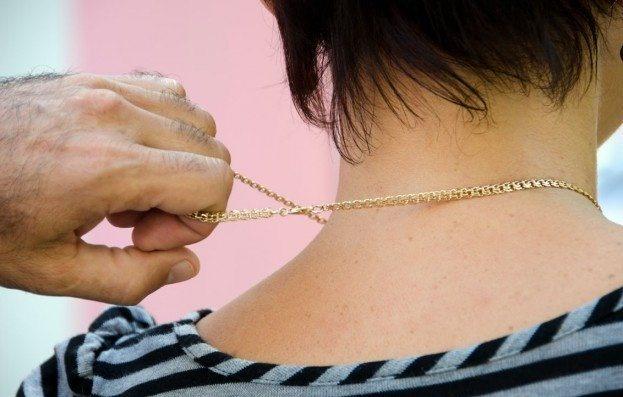 В столице двое подростков сорвали с шеи прохожей золотую цепочку