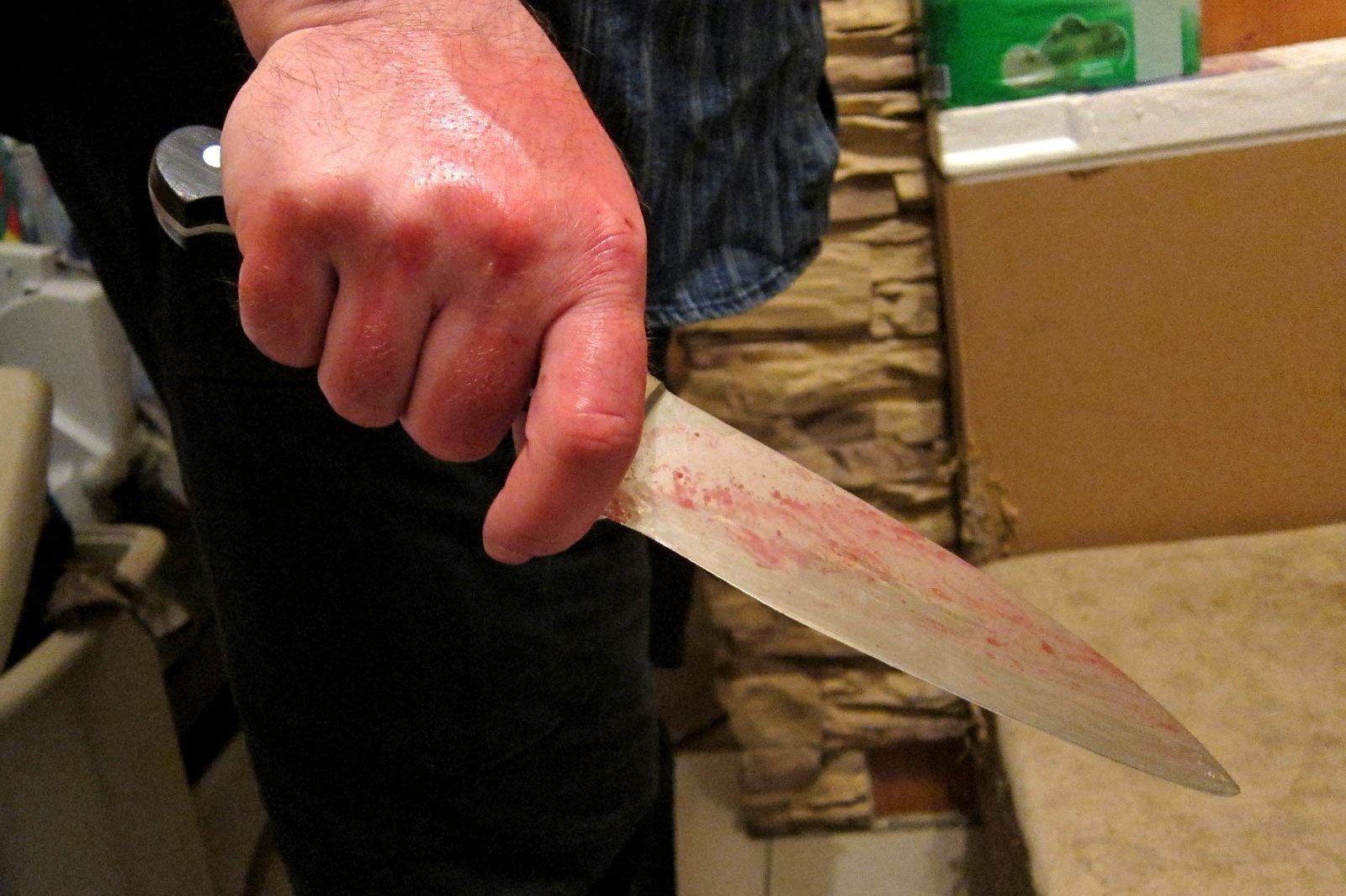 Мужчина с психическими отклонениями пытался зарезать жену кухонным ножом