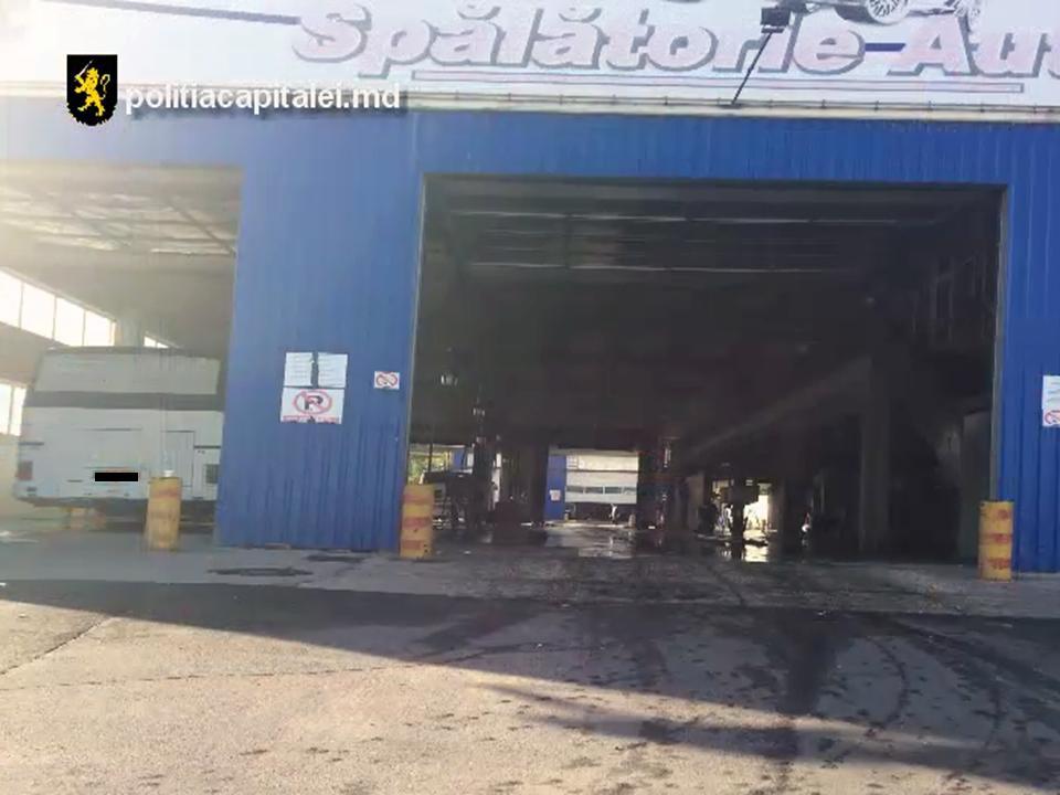 Полицейские нагрянули с проверками на парковки и автомойки столицы (ВИДЕО)