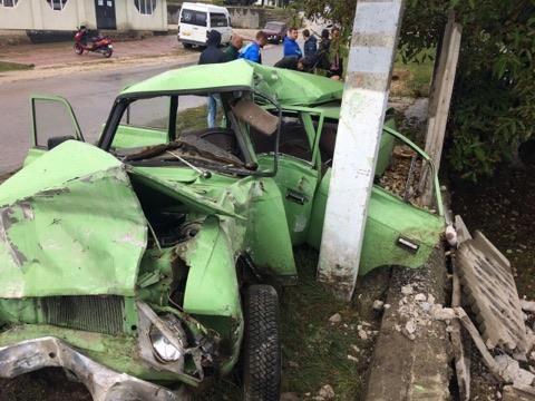 В Единцах машина превратилась в груду металлолома после столкновения со столбом (ФОТО)