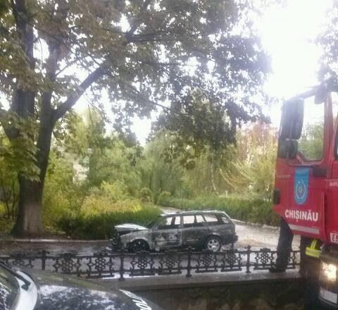 На одной из улиц столицы дотла сгорела машина (ФОТО)