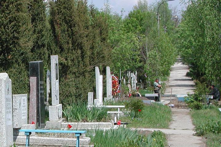 Вход на кладбища на Радоницу разрешён только в масках