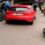 Столичная полиция оштрафовала наглеца, объехавшего пробку по оживленному тротуару