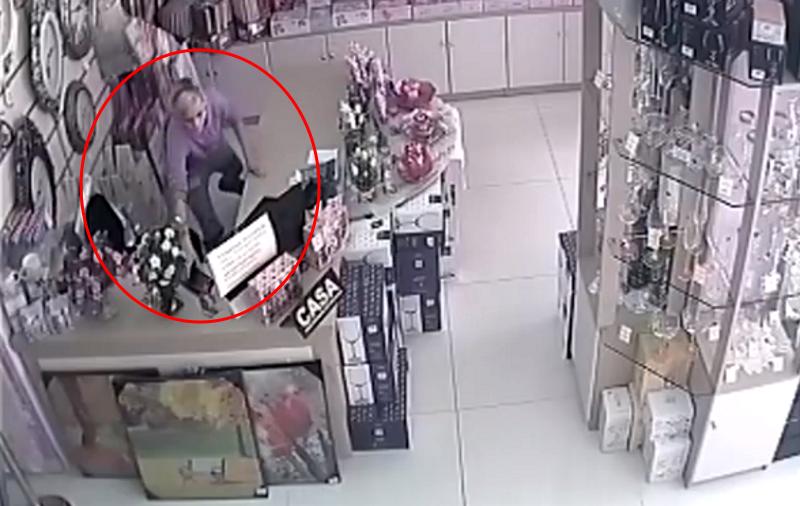 Малолетняя воровка в Бельцах стащила у продавца мобильный телефон (ВИДЕО)