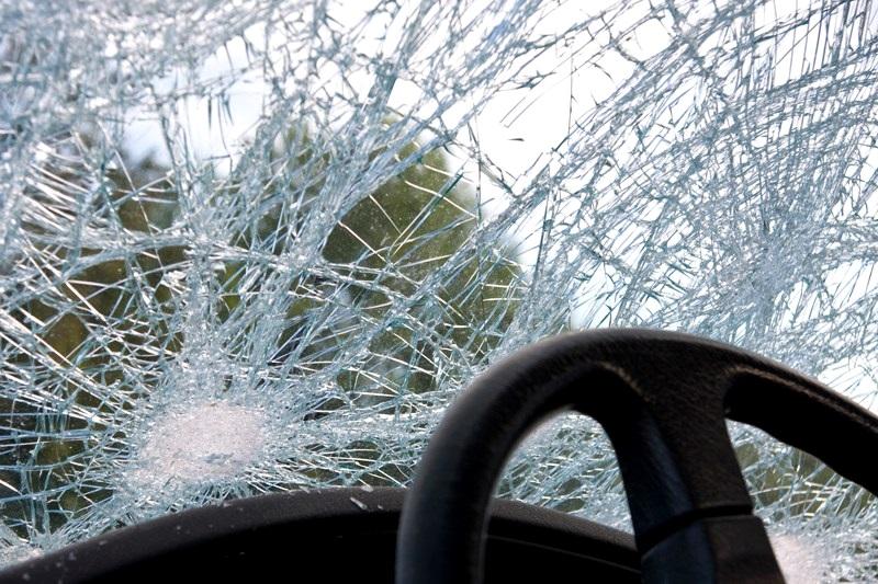 В Тирасполе парень врезался в дерево на угнанном авто