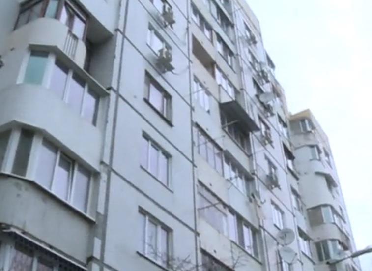 Полицейский спас пенсионерку от смерти, проникнув в её квартиру через балкон соседей (ВИДЕО)