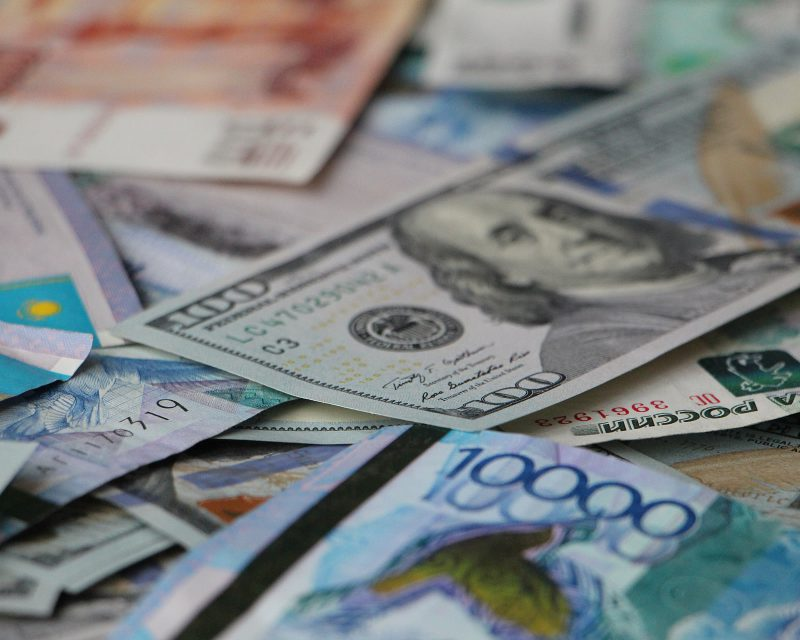 """Курс валют на сегодня: евро продолжает снижение, доллар """"берет пример"""" с него"""