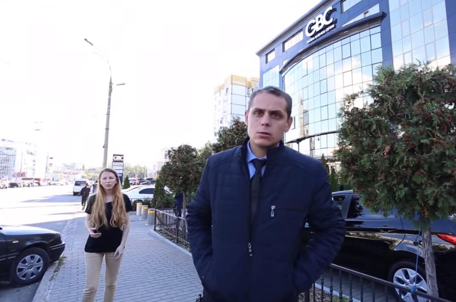 "Охранники офиса Плахотнюка запретили журналистам съемку возле здания, пригрозив ""проблемами"" (ВИДЕО)"