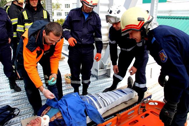 Упавший со строительных лесов в Кишиневе мужчина до сих пор в тяжелом состоянии