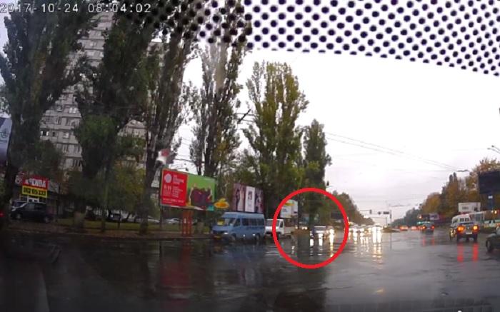 Перебегавший дорогу пешеход-нарушитель чудом не попал под колеса (ВИДЕО)