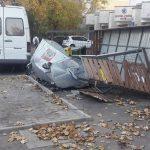 Площадка для сбора мусора в центре столицы была уничтожена в результате столкновения двух авто