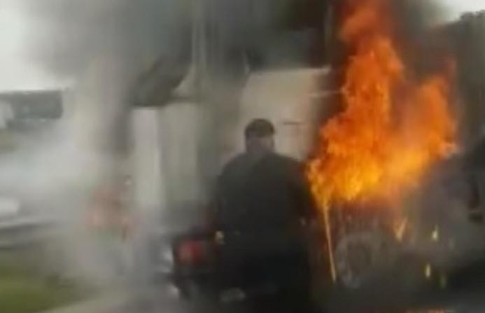 Сильный пожар в кабине грузовика сняли на видео в Молдове