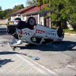 На Буюканах при ДТП перевернулась машина такси (ВИДЕО)