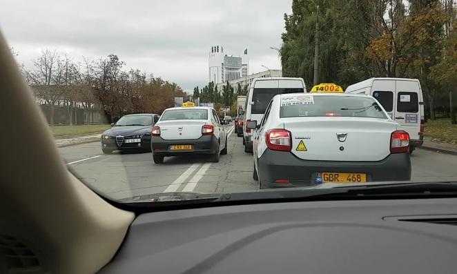 """Дважды выехавшего на встречку наглого таксиста сняли на видео и """"сдали"""" полиции"""