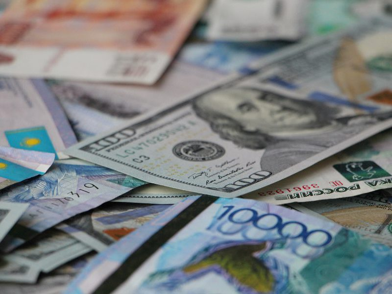 Курс валют на среду: евро и доллар продолжают падать в цене