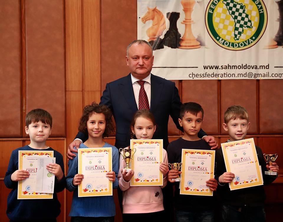 Додон наградил юных победителей шахматного фестиваля Toamna Moldovei (ФОТО)