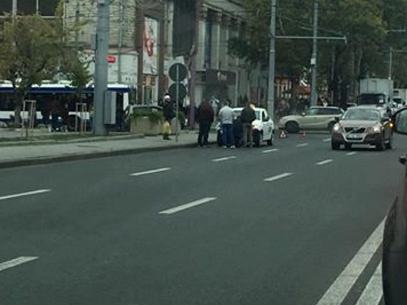 В центре столицы произошла авария с участием такси (ФОТО)