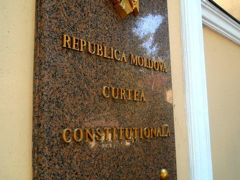 Более половины молдаван считают ангажированным решение КС, принятое против президента