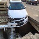 В Кишиневе водитель угодил в канализационную яму (ФОТО, ВИДЕО)