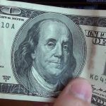 Рыбничанин пытался обменять сувенирную банкноту, найденную в парке