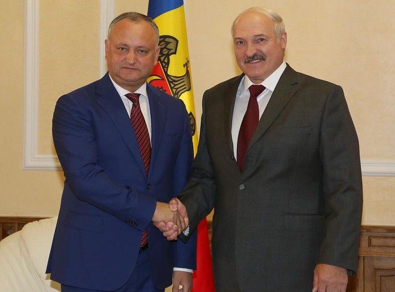 Лукашенко поздравил Додона с 25-летием установления дипотношений Молдовы и Белоруссии