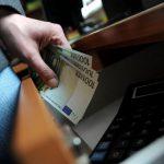 Сотрудник автошколы и его сообщник потребовали 600 евро за помощь в получении водительских прав