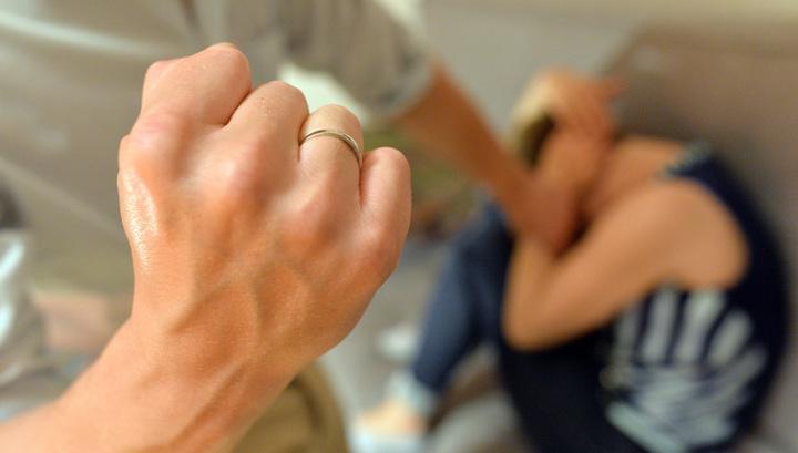 В Приднестровье мужчина жестоко избил жену и ударил ее ножом в ногу