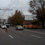 В столице оборвавшийся троллейбусный провод упал на автомобиль с пассажирами (ФОТО)
