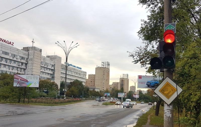 Зеленую стрелку, позволяющую движение «прямо», демонтировали на некоторых перекрестках столицы (ВИДЕО)