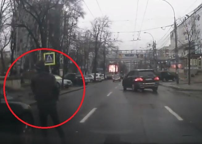 В центре Кишинева на переходе едва не сбили молодого человека (ВИДЕО)